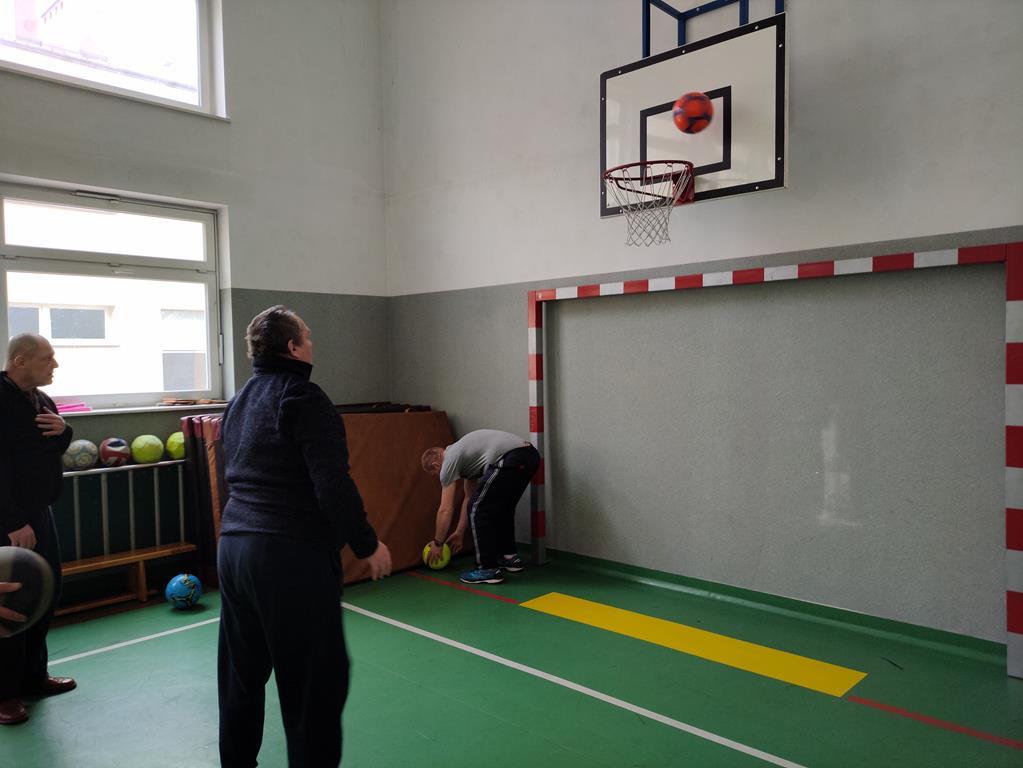 Rzuty do kosza na sali gimnastycznej w DPS