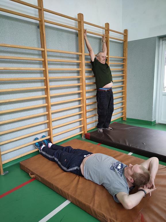 Ćwiczenia na sali gimnastycznej w DPS